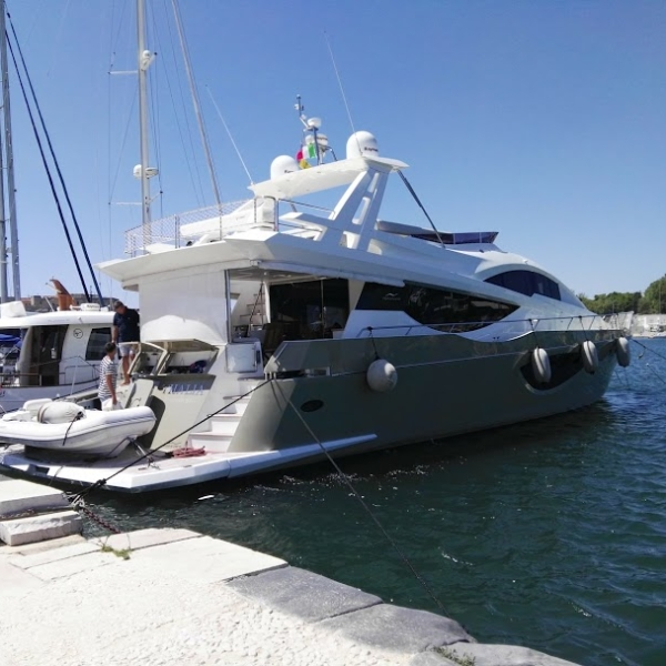 Yacht porto di Brindisi-Luxury Rent BARI NCC
