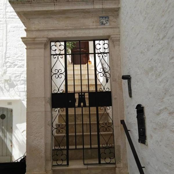 Porta tipica di ingresso abitazione centro storico-LOCOROTONDO-BARI NCC