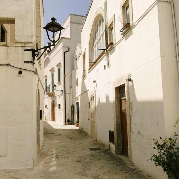 Via tipica del centro storico di Locorotondo (Ba)
