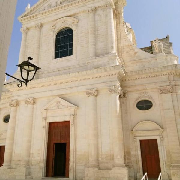 Locorotondo-Facciata cattedrale-Bari ncc private driver