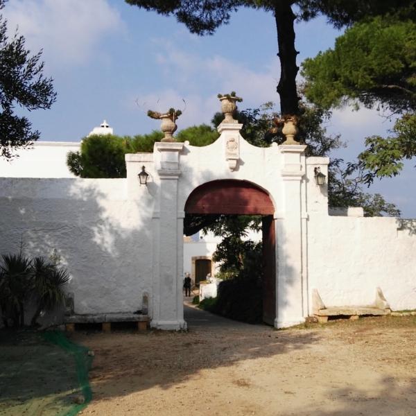 Prospetto di antica Masseria nelle campagne di Manduria Ta. Tour Personalizzati BARI NCC