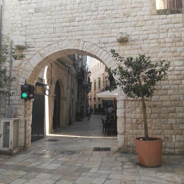 Bari Vecchia- vicoletto la Muraglia. Bari Ncc il tuo autista privato a Bari-